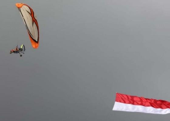 Nusabali.com - merah-putih-berkibar-di-langit-kota-gianyar