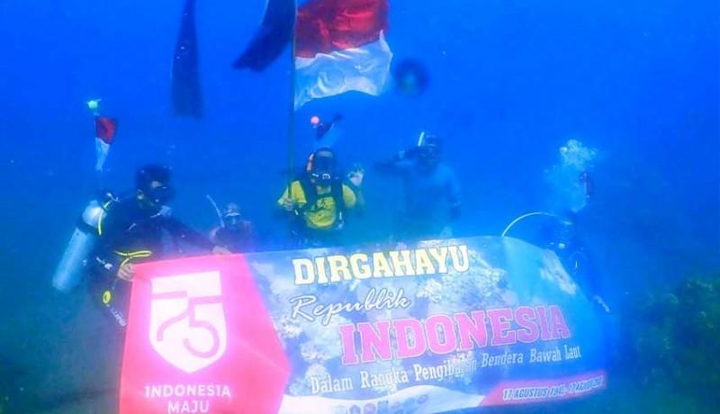 www.nusabali.com-belasan-penyelam-kibarkan-merah-putih-di-bawah-laut-penimbangan