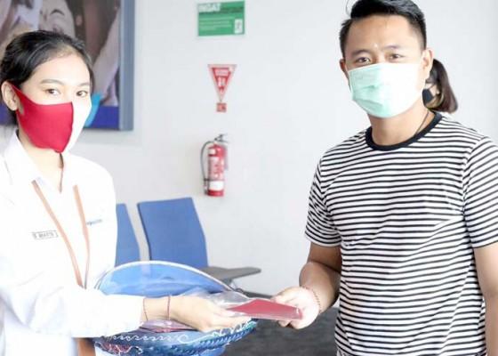Nusabali.com - penumpang-dan-petugas-nyanyikan-indonesia-raya
