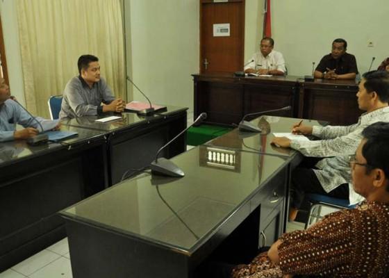 Nusabali.com - 12-bendesa-tanyakan-masalah-pemungutan-5-keuntungan-lpd