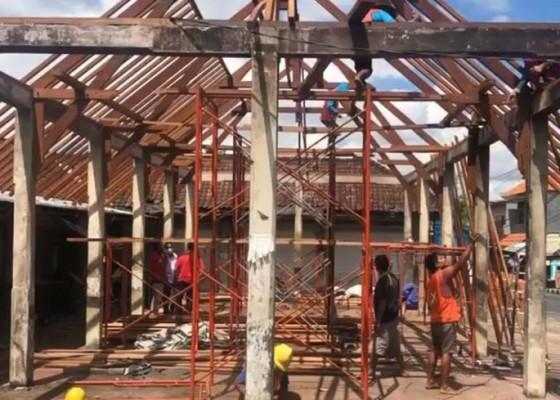 Nusabali.com - perbaikan-atap-pasar-desa-adat-penarungan-ditarget-tuntas-akhir-agustus-2020