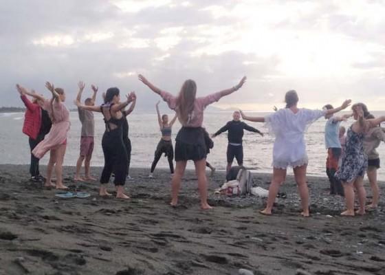 Nusabali.com - wisata-yoga-pantai-saba
