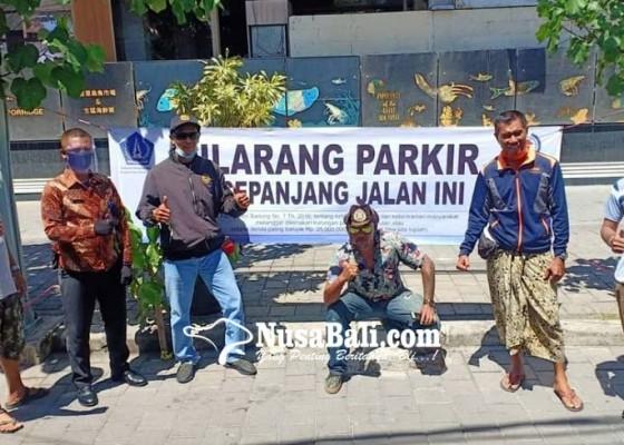 Nusabali.com - lpm-kuta-pasang-spanduk-larangan-parkir