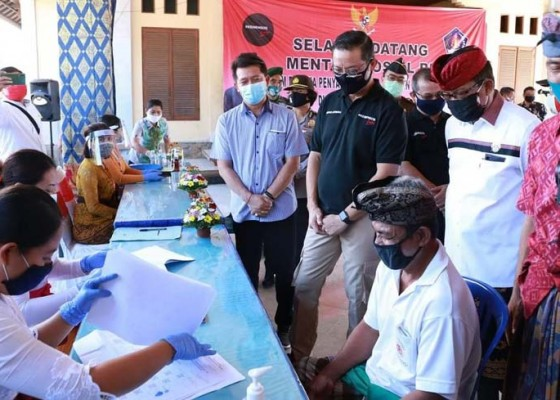 Nusabali.com - mensos-bagikan-bst-di-desa-kusamba