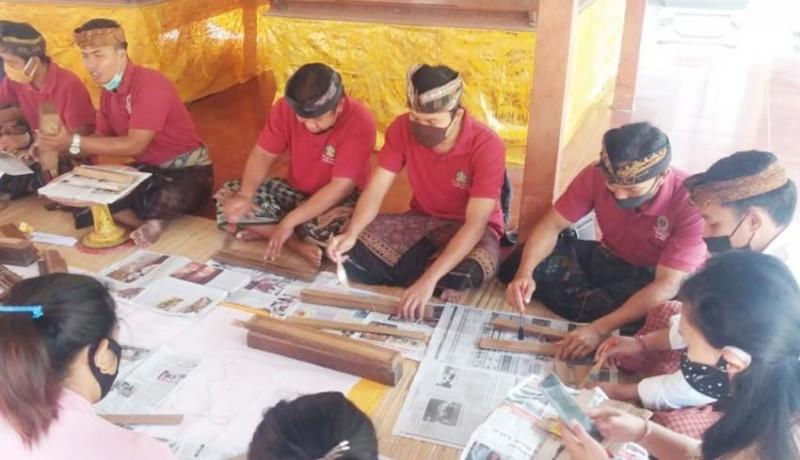www.nusabali.com-penyuluh-bahasa-bali-konservasi-46-lontar-di-puri-agung-saraswati