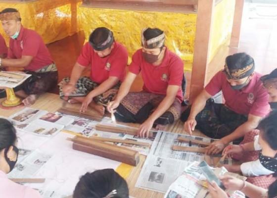 Nusabali.com - penyuluh-bahasa-bali-konservasi-46-lontar-di-puri-agung-saraswati