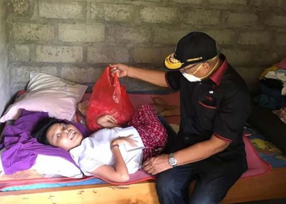 Nusabali.com - sudirta-berbagi-ke-krama-difabel-dan-bidan-terpapar-corona
