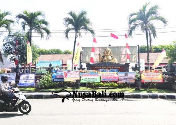 Nusabali.com - karangan-bunga-dukung-polisi