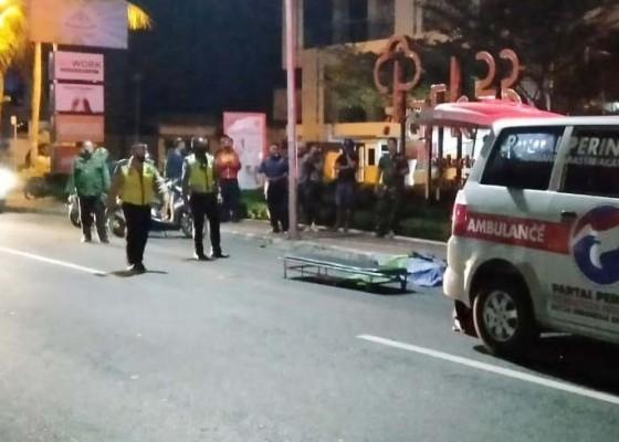 Nusabali.com - tabrak-tiang-listrik-pemotor-tewas-di-tkp