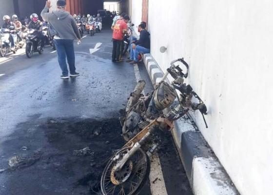 Nusabali.com - tangki-bocor-motor-angkut-94-liter-bbm-terbakar