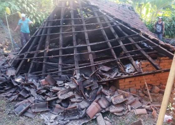 Nusabali.com - angin-kencang-robohkan-rumah-tua-warga-kayuputih-melaka