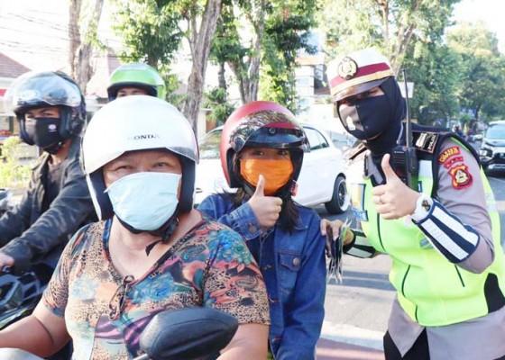 Nusabali.com - polwan-polresta-denpasar-bagi-helm-dan-masker-gratis