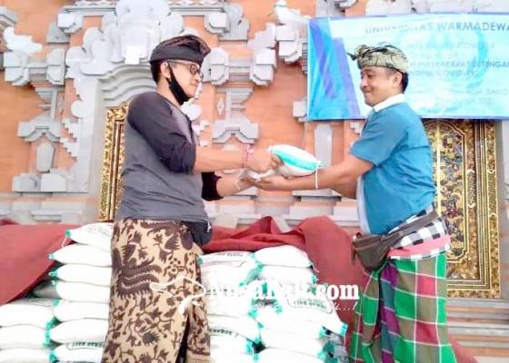 Nusabali.com - kelian-adat-banjar-pande-bagikan-27-ton-beras