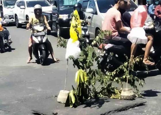 Nusabali.com - warga-pasang-dahan-pohon-untuk-penanda-sementara