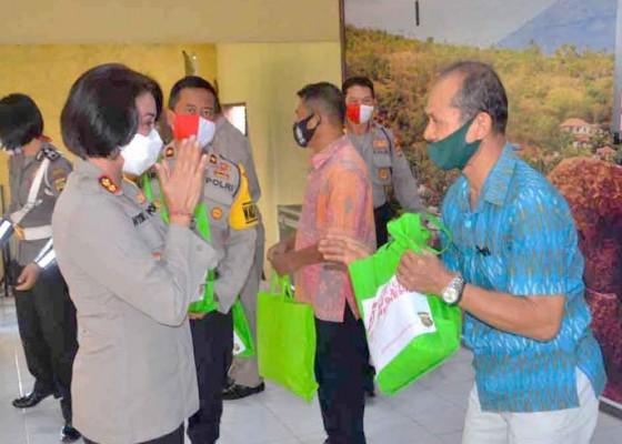 Nusabali.com - anggota-polisi-purnatugas-dapat-bantuan-beras