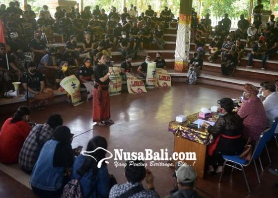 Nusabali.com - tak-terima-phk-sepihak-ratusan-pekerja-hotel-nglurug-ke-dprd-bali