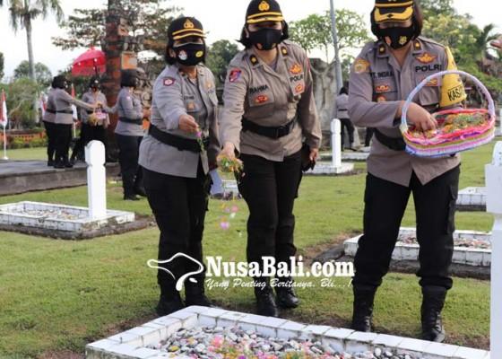 Nusabali.com - srikandi-polda-bali-ziarah-ke-taman-makam-pahlawan