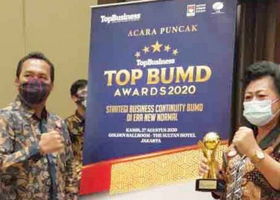 Nusabali.com - bupati-mas-sumatri-dan-direktur-tirta-tohlangkir-raih-top-award-2020