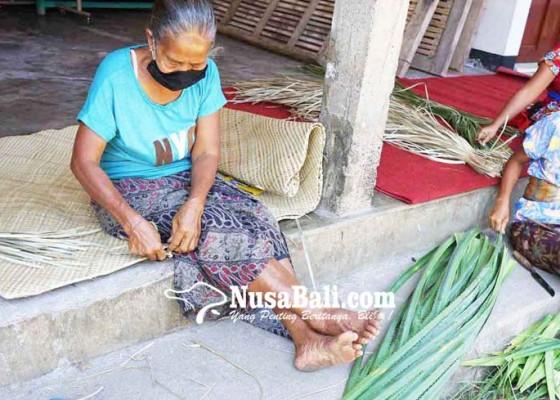 Nusabali.com - dampak-covid-19-kerajinan-anyaman-pandan-tidak-laku