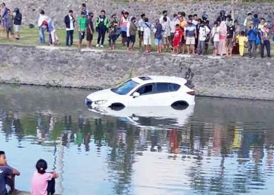 Nusabali.com - mobil-nyemplung-di-sungai