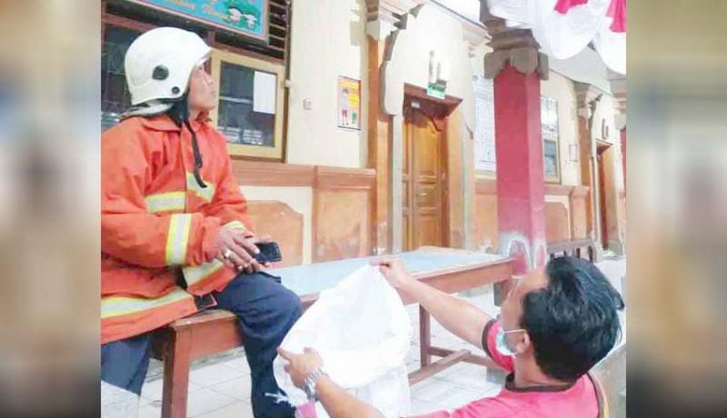 www.nusabali.com-damkar-karangasem-evakuasi-sarang-tawon-di-slb-negeri