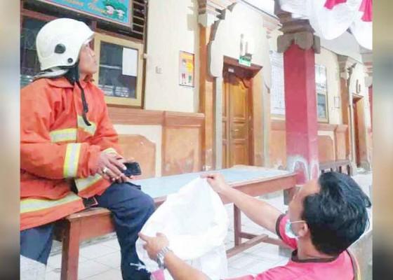 Nusabali.com - damkar-karangasem-evakuasi-sarang-tawon-di-slb-negeri