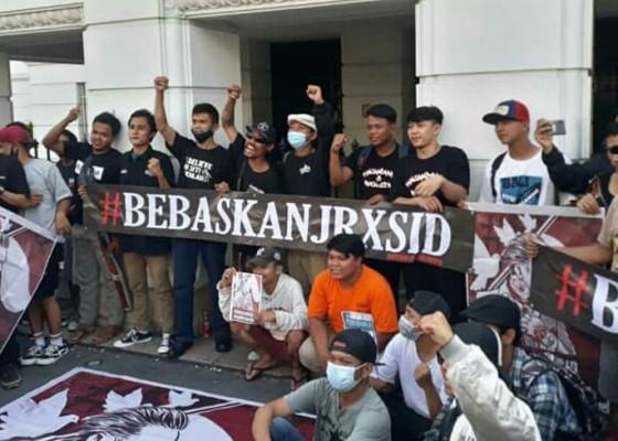 Nusabali.com - outsider-jakarta-bagi-bagikan-nasi-bungkus-tanda-support-jerinx