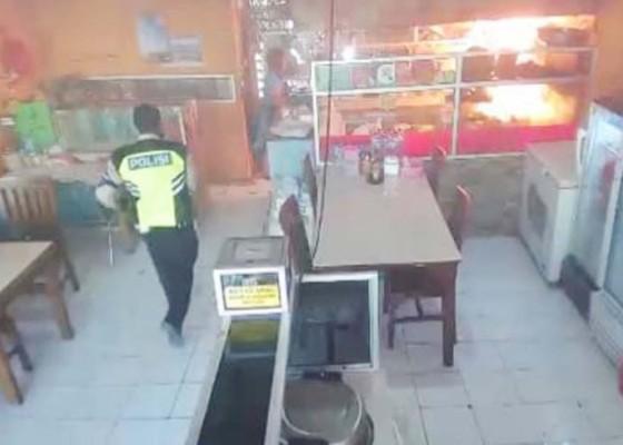 Nusabali.com - anggota-polantas-selamatkan-rumah-makan-dari-kebakaran