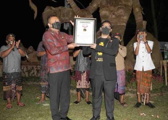 Nusabali.com - patung-dewi-sri-dan-luwak-raih-sertifikat-muri