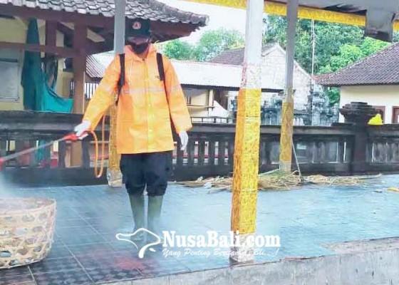 Nusabali.com - jelang-pujawali-bpbd-semprotkan-disinfektan-di-pura-jagatnatha