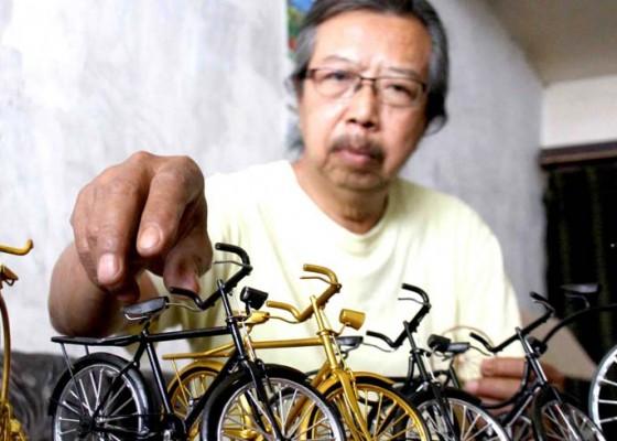 Nusabali.com - perajin-suvenir-miniatur-sepeda