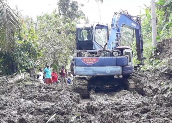 Nusabali.com - jalan-tertimbun-longsor-2-banjar-sempat-terisolasi