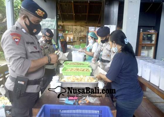 Nusabali.com - personel-brimob-pun-ikut-menyiapkan-makanan