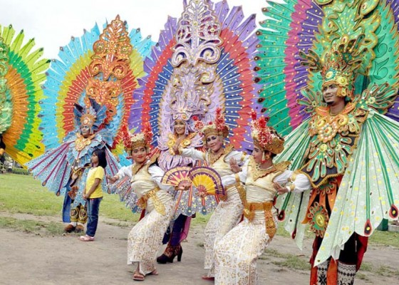 Nusabali.com - atraksi-seniman-asing-pikat-penonton