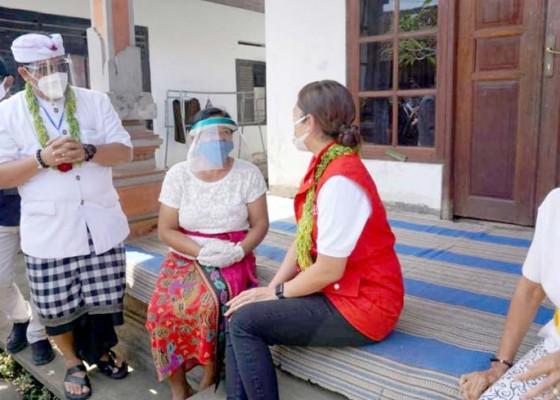 Nusabali.com - istri-menteri-sosial-serahkan-bantuan-kepada-masyarakat-terdampak-corona