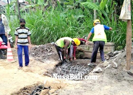 Nusabali.com - dilintasi-kendaraan-sarat-berat-jalan-jebol
