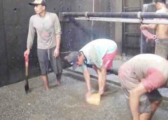 Nusabali.com - pdam-angkat-1-ton-kerang-dari-dam