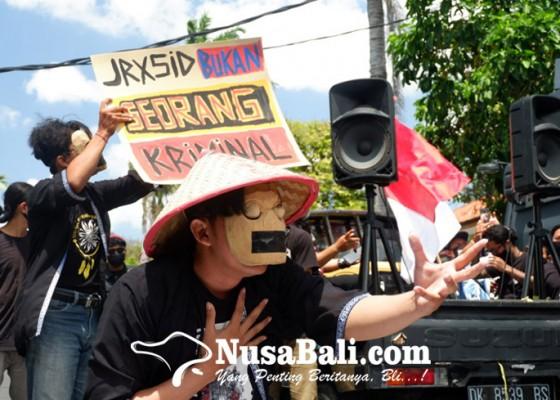 Nusabali.com - massa-pendukung-jerinx-gelar-aksi-di-depan-pn-denpasar