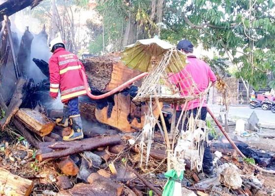 Nusabali.com - tumpukan-kayu-di-setra-jimbaran-terbakar-mendadak