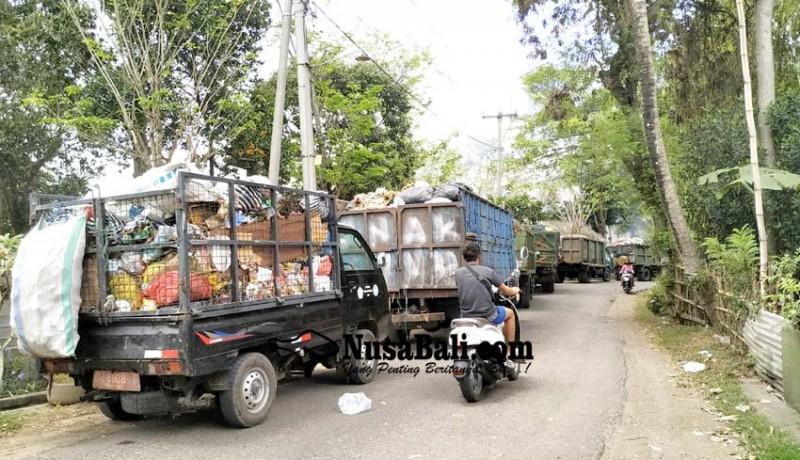 www.nusabali.com-ekskavator-ngadat-3-jam-antrean-truk-angkut-sampah-mengular