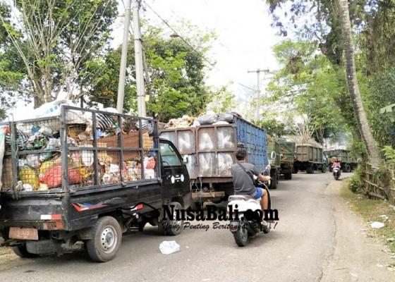 Nusabali.com - ekskavator-ngadat-3-jam-antrean-truk-angkut-sampah-mengular