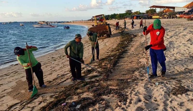 www.nusabali.com-sampah-terus-berdatangan-di-pesisir-pantai-timur