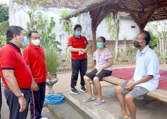 Nusabali.com - serahkan-bantuan-ke-warga-bupati-artha-ingatkan-ketatan-prokes