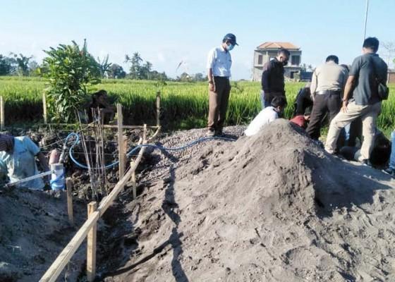 Nusabali.com - gali-pondasi-buruh-bangunan-temukan-tulang-manusia