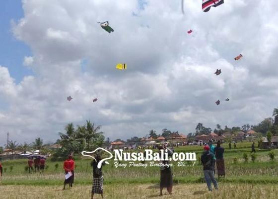 Nusabali.com - ratusan-layangan-hiasi-langit-sayan
