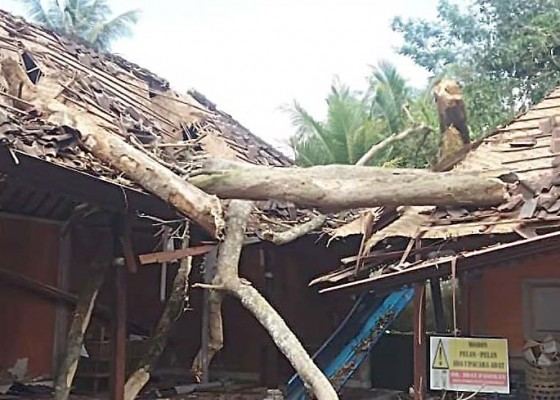 Nusabali.com - bangunan-pura-penataran-tertimpa-pule