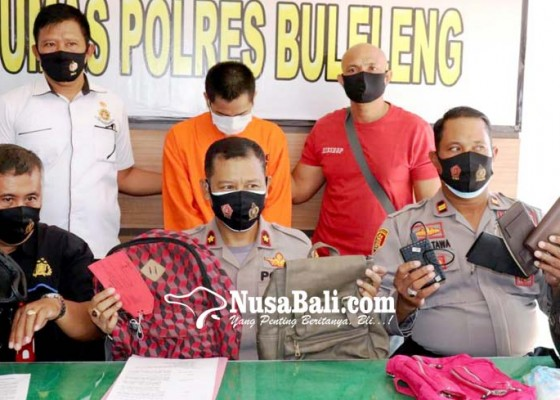 Nusabali.com - tukang-sosis-keliling-nyambi-intai-barang-di-atas-motor