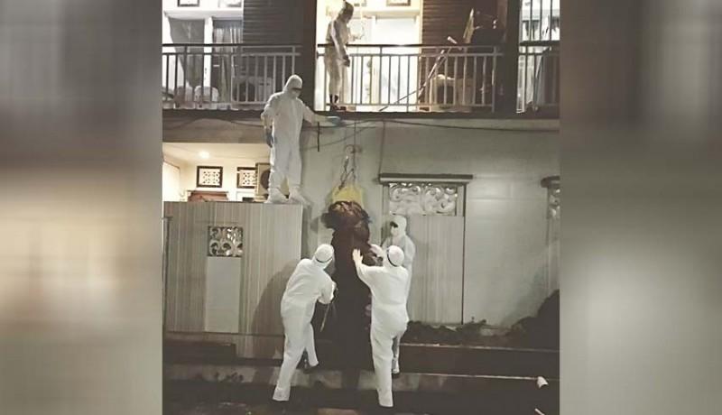 www.nusabali.com-tangga-sempit-jenazah-dikerek-dari-lantai-ii