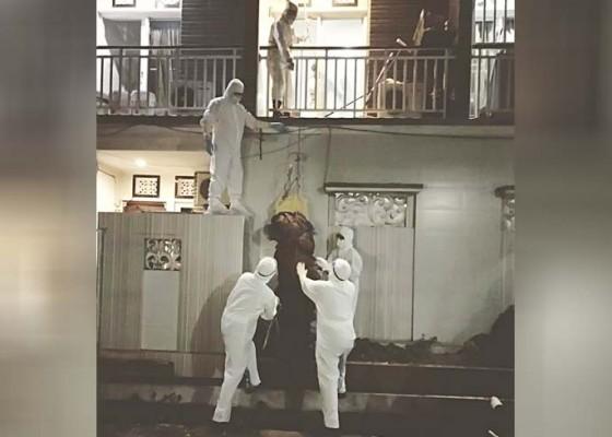 Nusabali.com - tangga-sempit-jenazah-dikerek-dari-lantai-ii