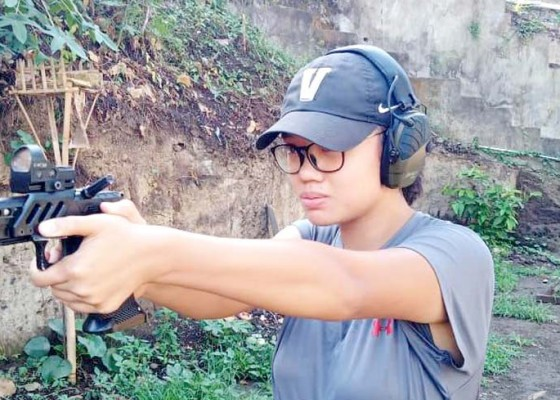 Nusabali.com - abaikan-dulu-tembak-reaksi-sarah-ayu-fokus-sport-pistol